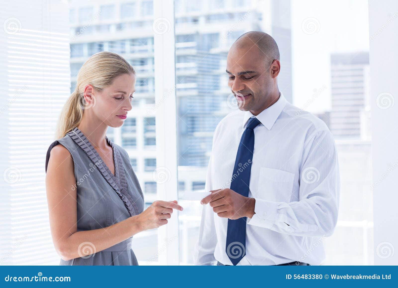 Homme d affaires donnant la petite feuille de papier à son collègue