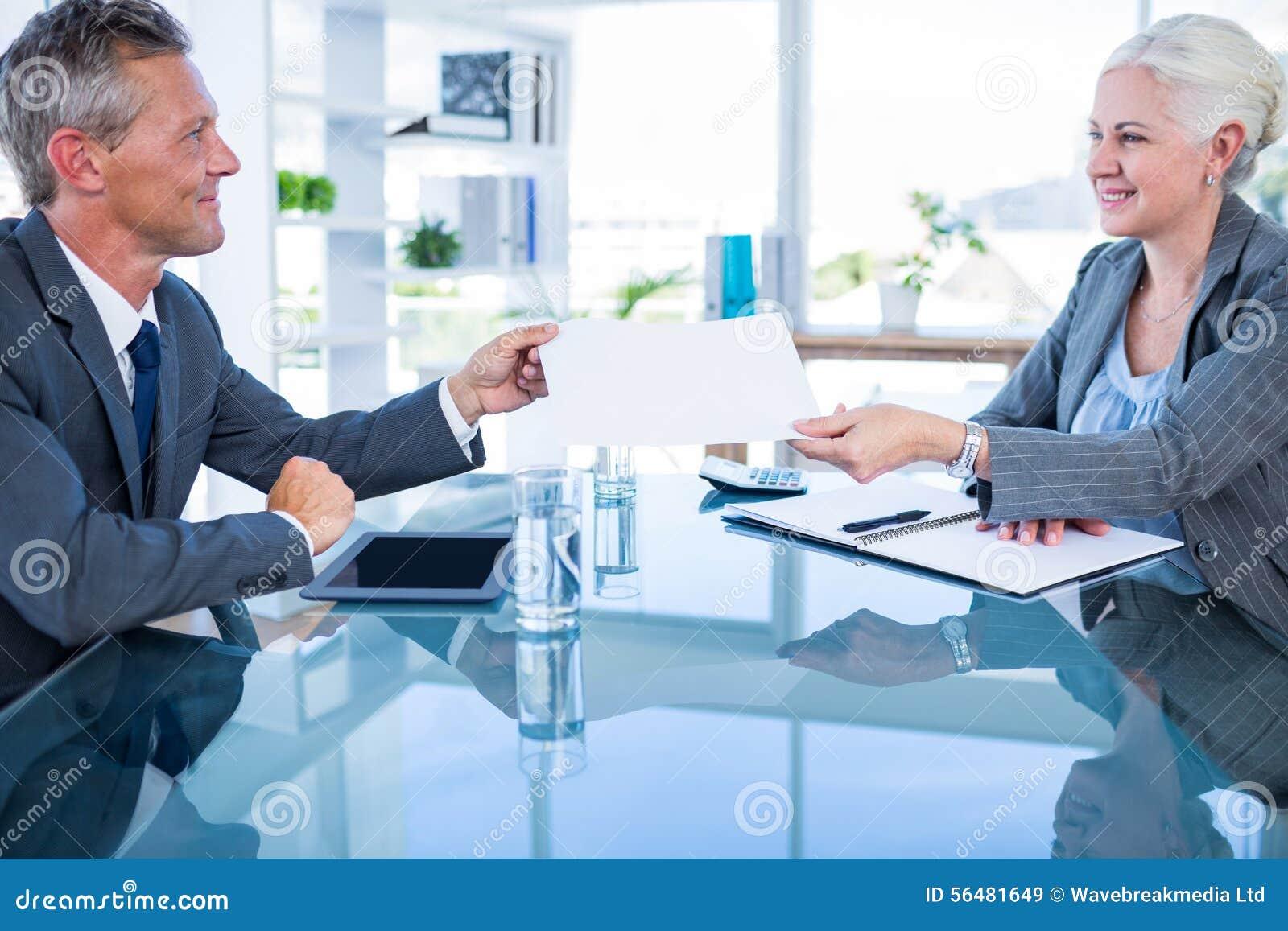 Homme d affaires donnant le papier au collègue de hos