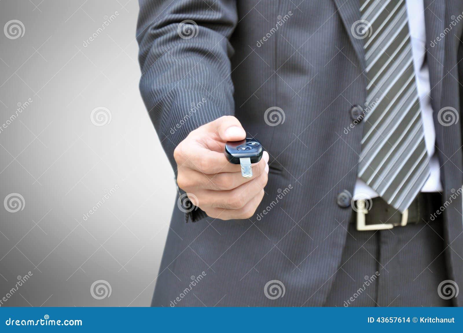 Homme d affaires donnant une clé de voiture - vente de voiture et concept d entreprise de location