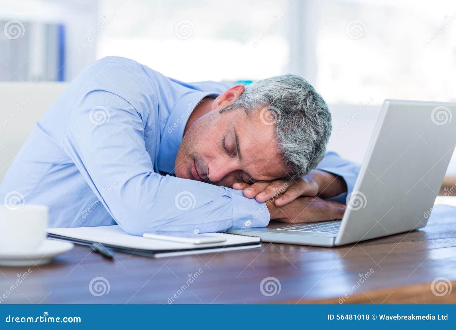 Homme d affaires dormant sur l ordinateur portable