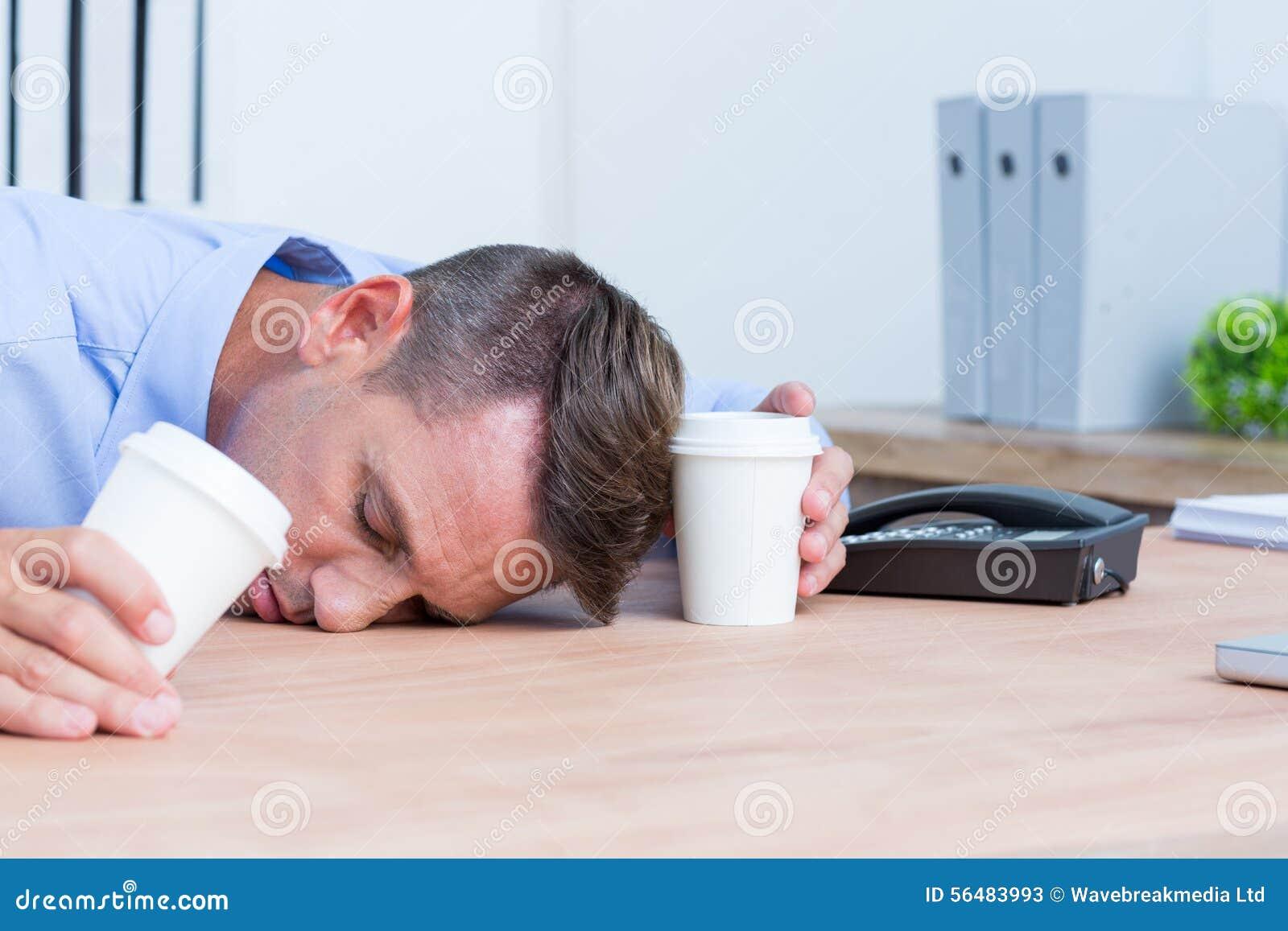 Homme d affaires dormant sur son bureau