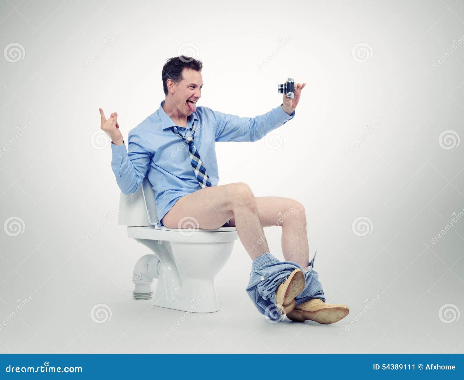 homme-d-affaires-dr-le-se-photographiant-dans-la-toilette-54389111