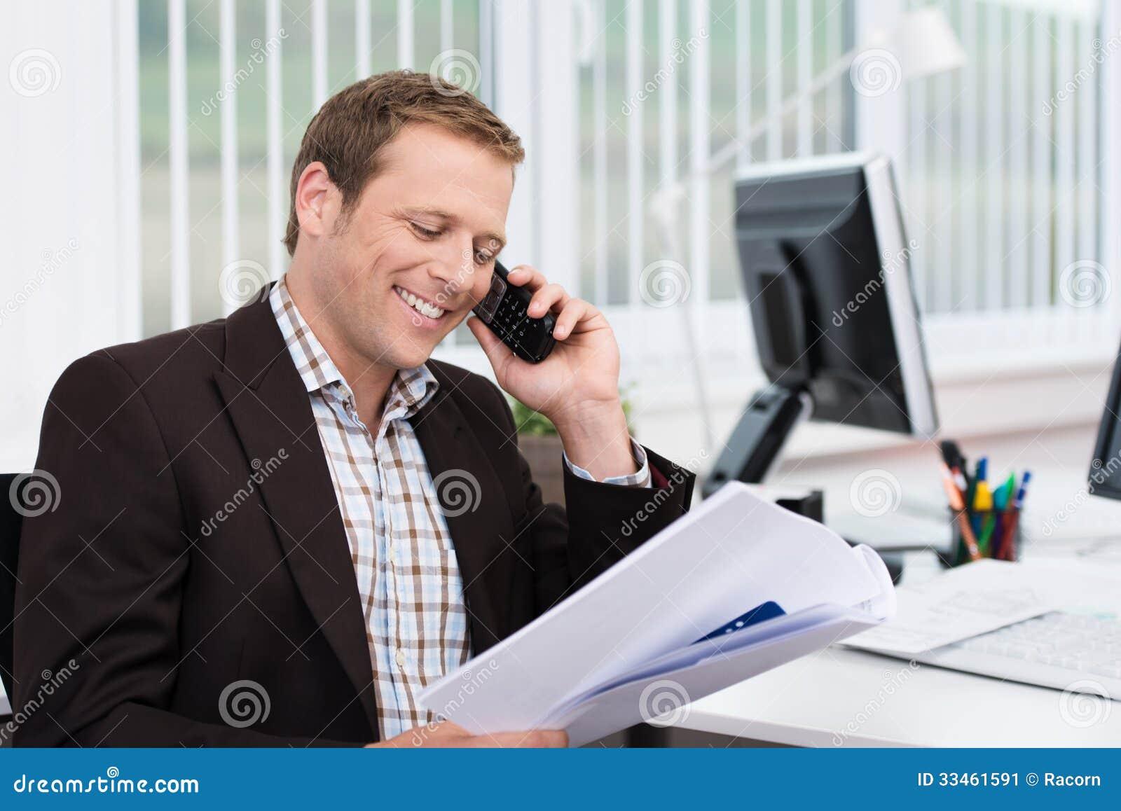 Homme d affaires efficace répondant à un appel téléphonique