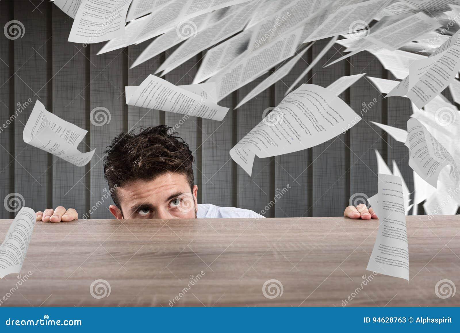 Homme daffaires effrayé sous le bureau concept de surmenage image