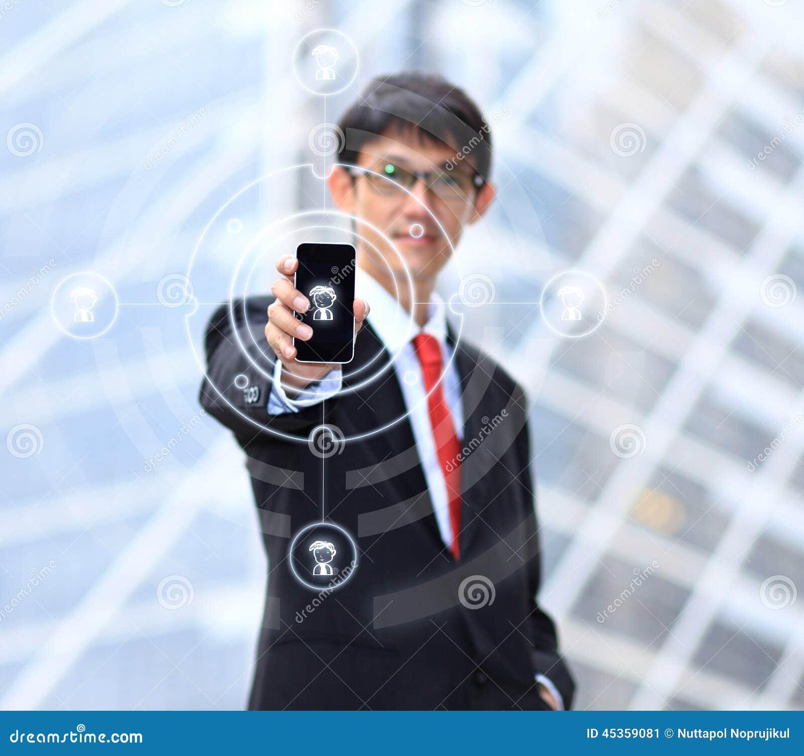 Homme d affaires employant la connexion de social de smartphone