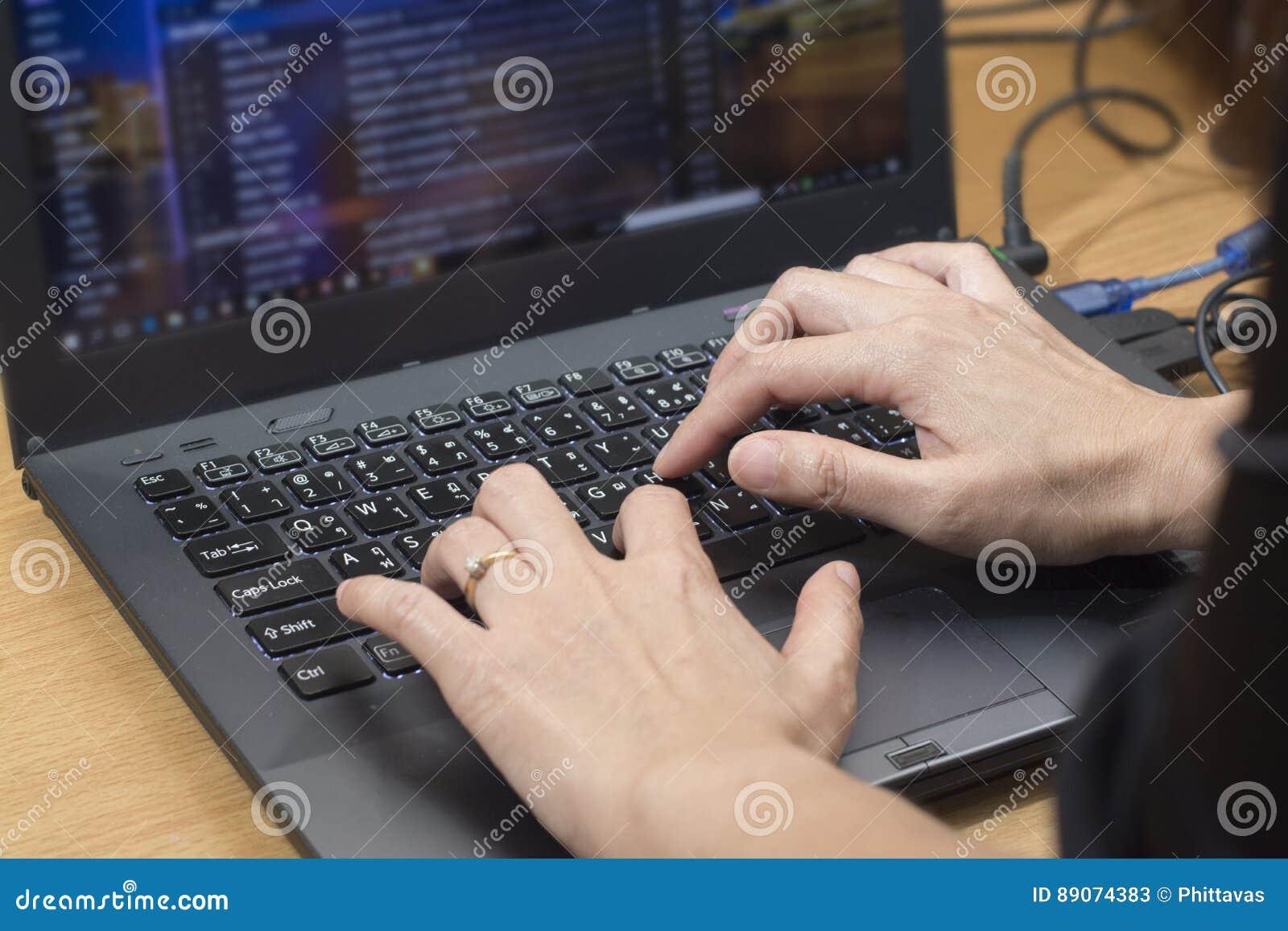 Homme d affaires envoyant la correspondance d email en ligne sur le comput d ordinateur portable