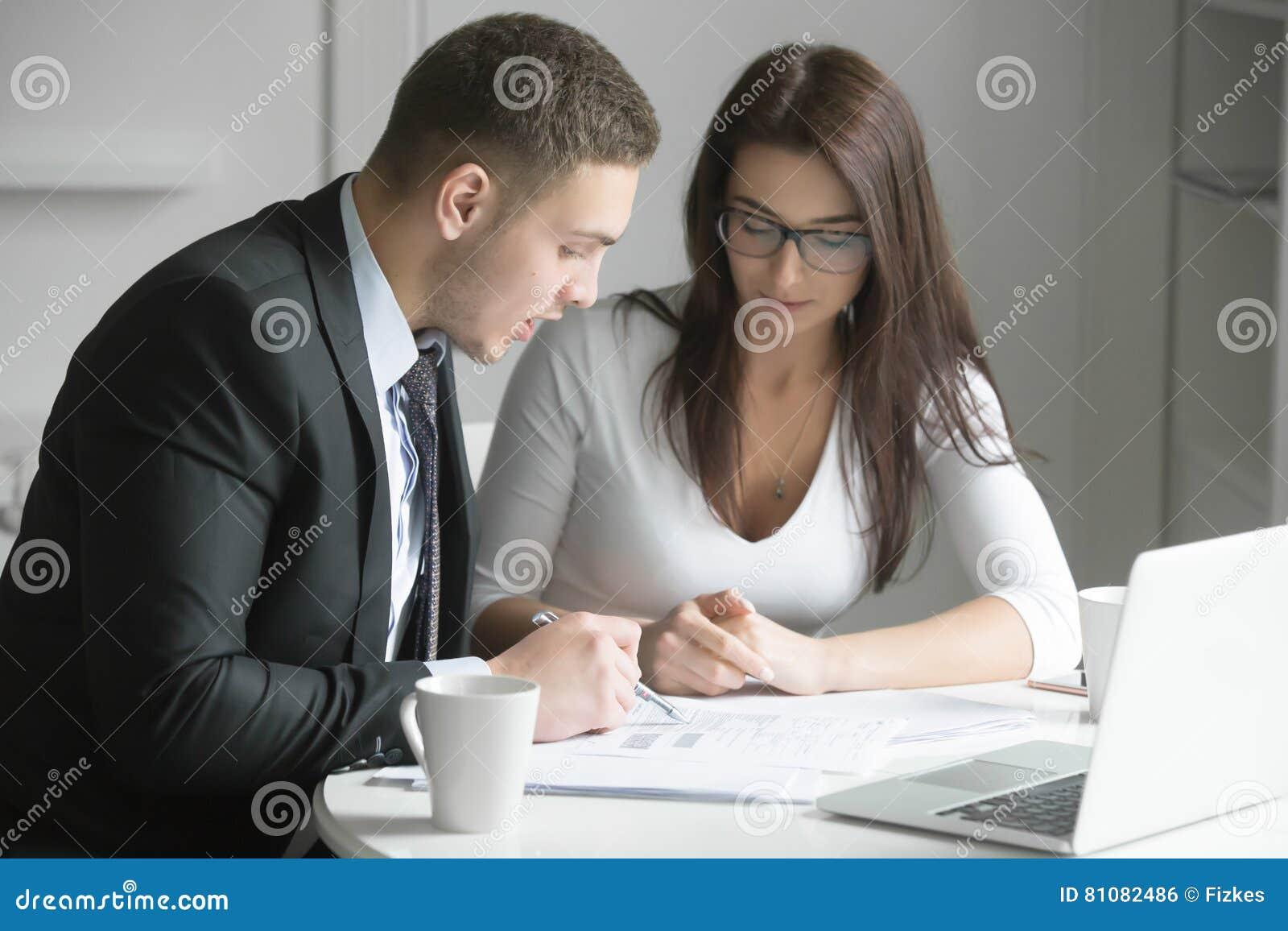 Homme d affaires et femme d affaires au bureau, fonctionnant ensemble W