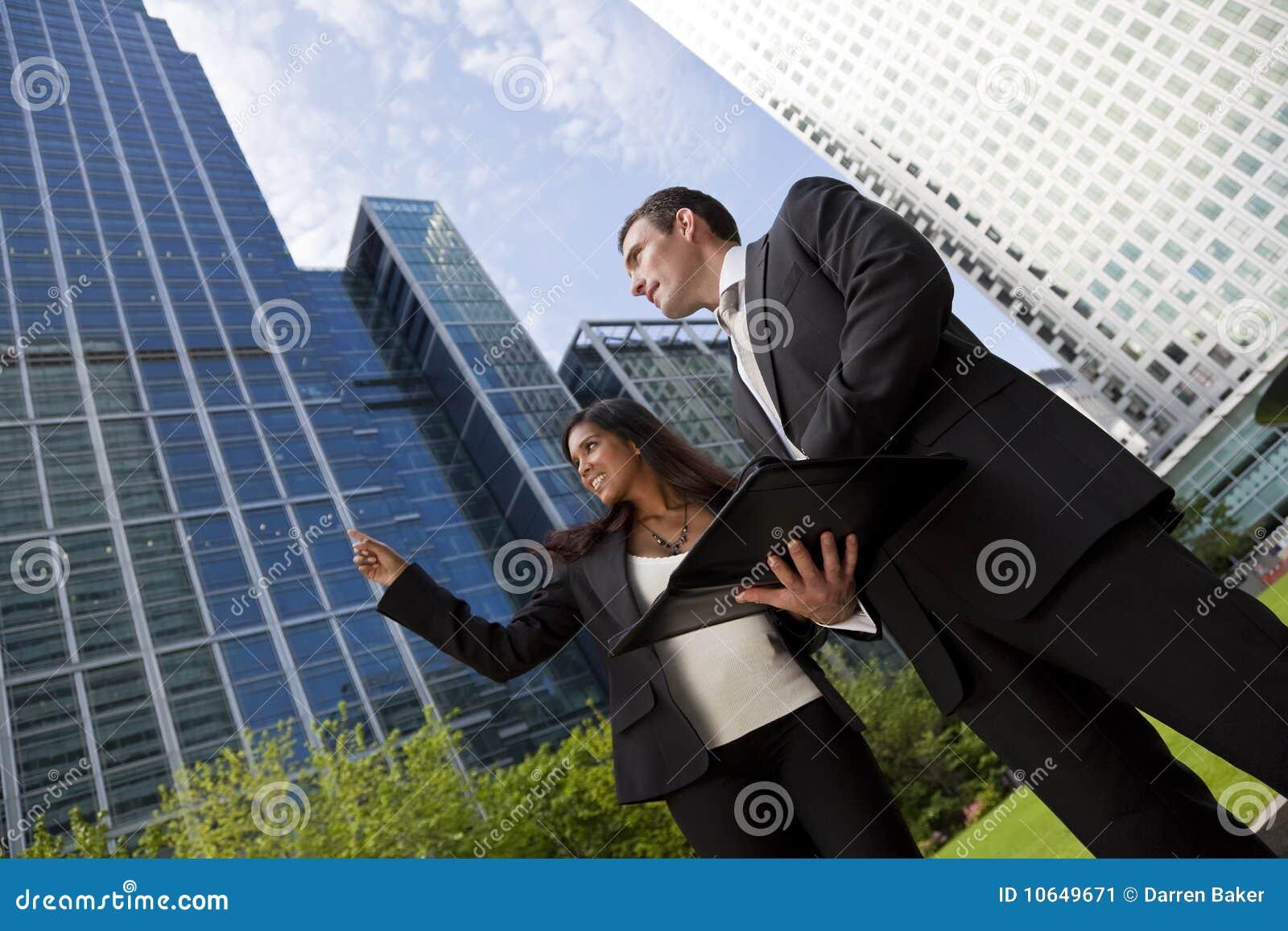 Homme d affaires et femme d affaires dans la ville