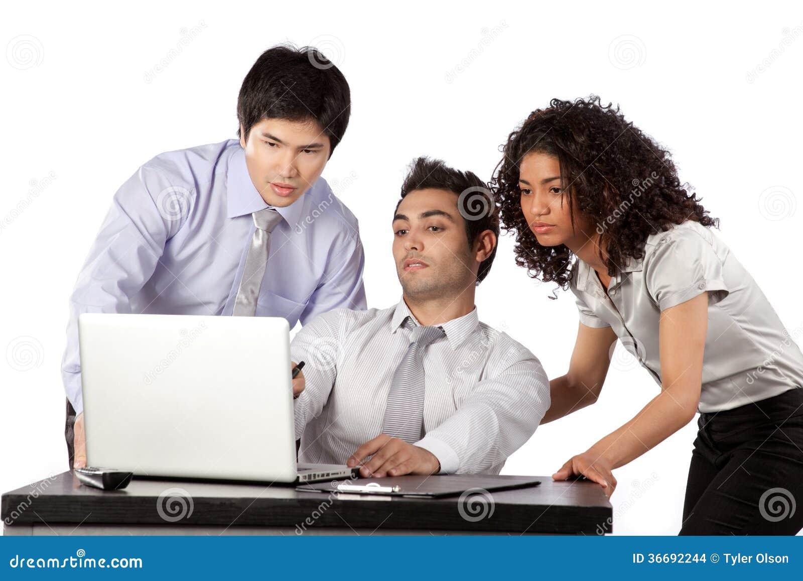Homme d affaires et femme d affaires Using Laptop