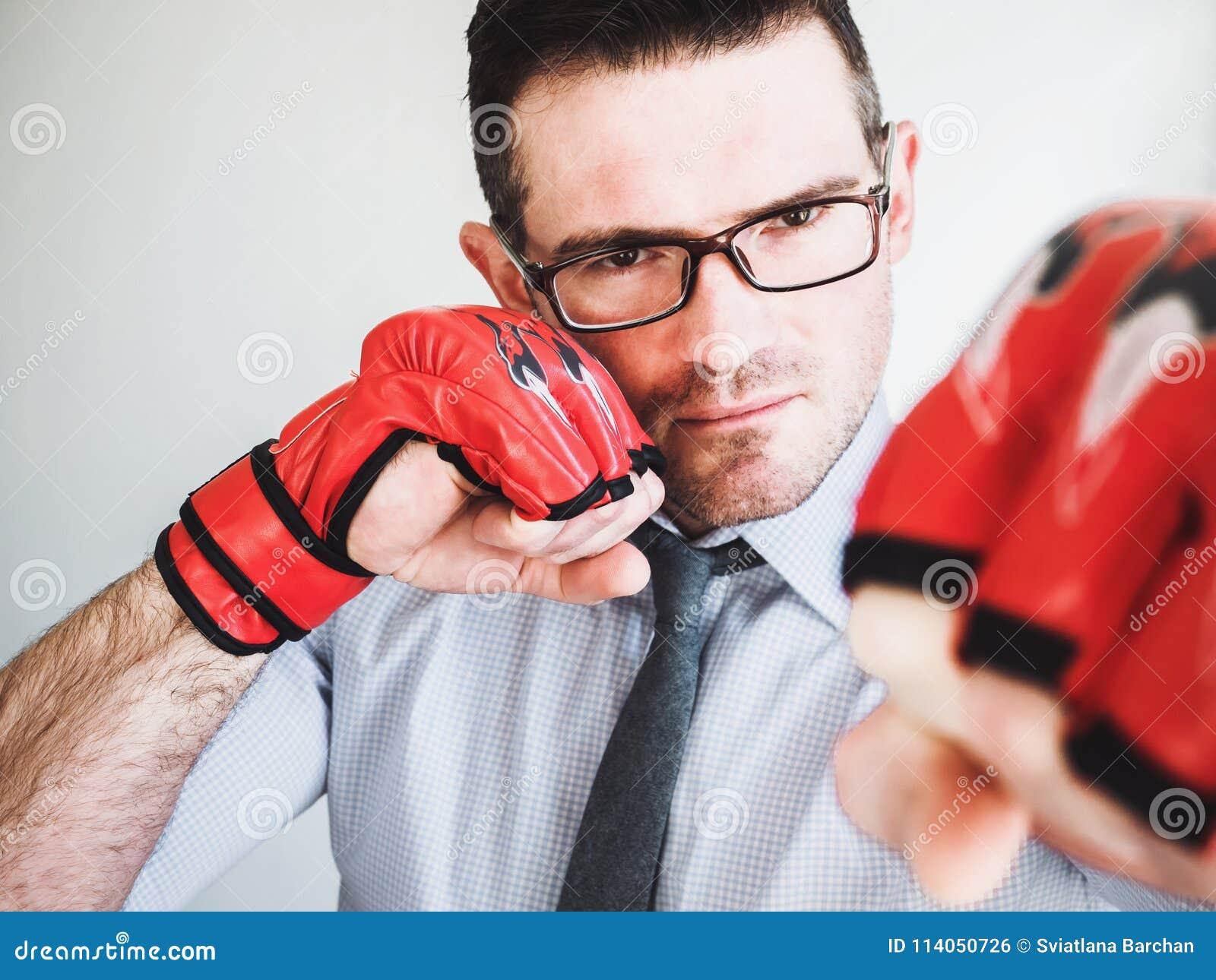 Homme d affaires et gants de boxe rouges
