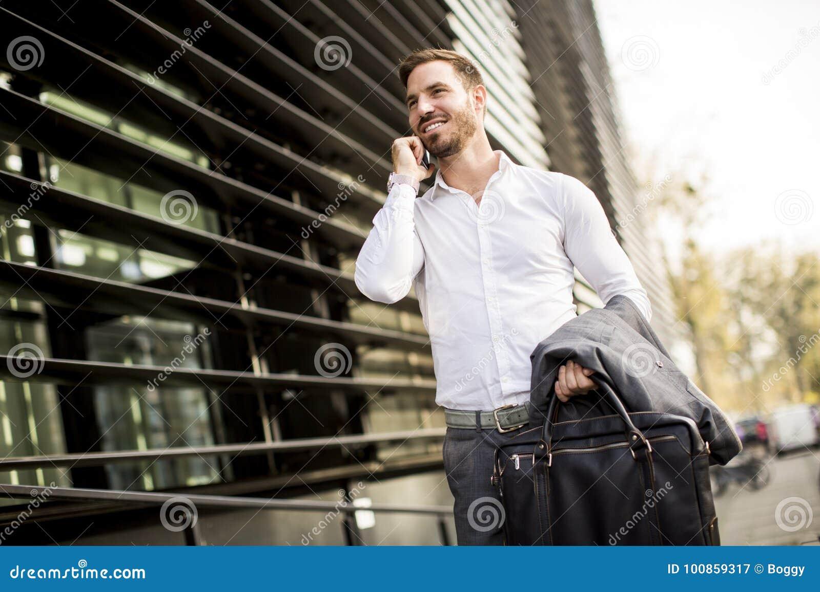 Homme d affaires exécutif de jeune homme réussi utilisant son cel mobile