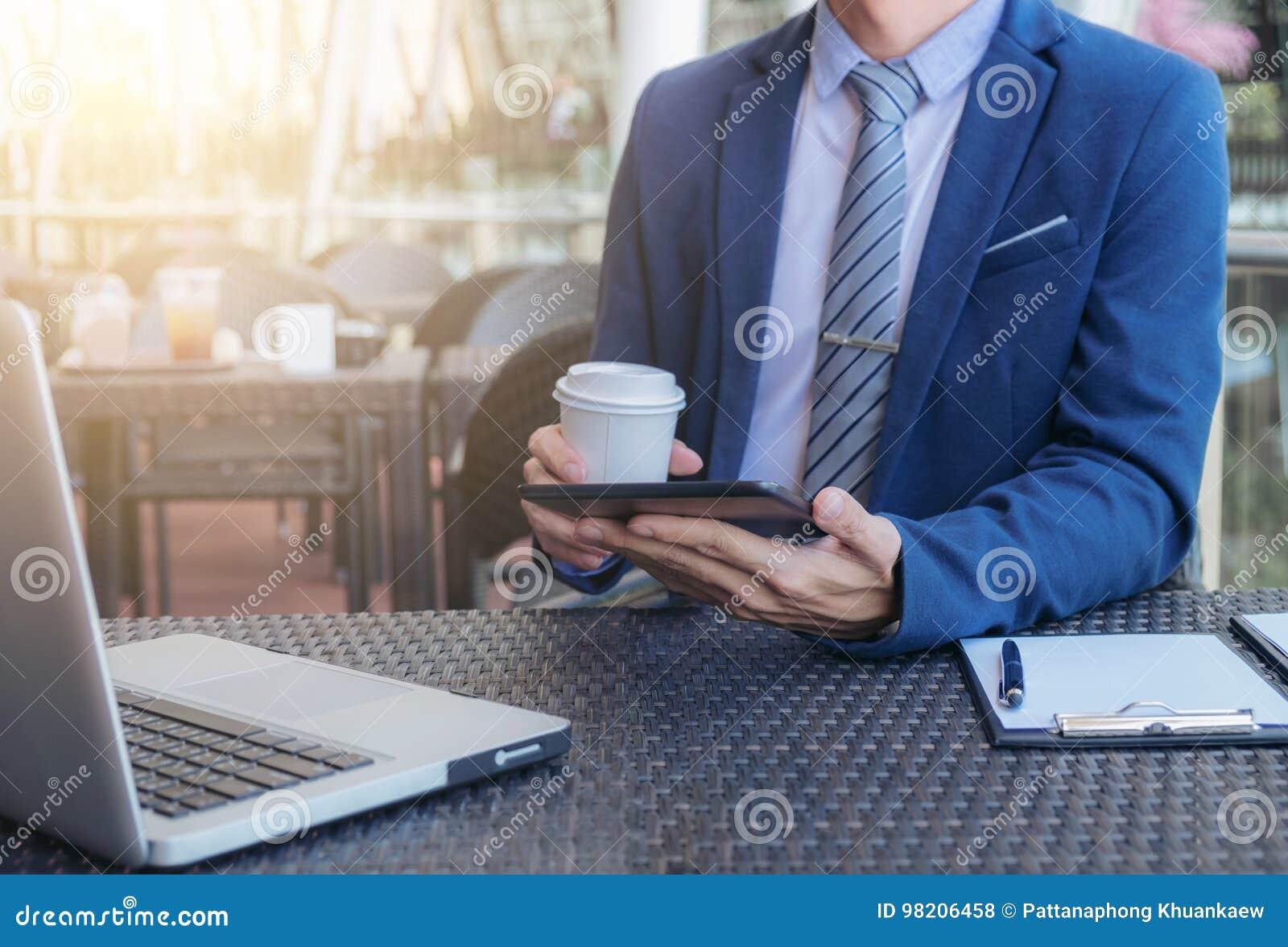 Homme d affaires exécutif travaillant analysant l investissement utilisant le comprimé
