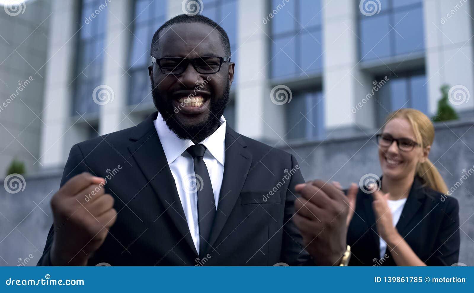 Homme d affaires extrêmement heureux se réjouissant de bonnes nouvelles, appréciant des résultats de société