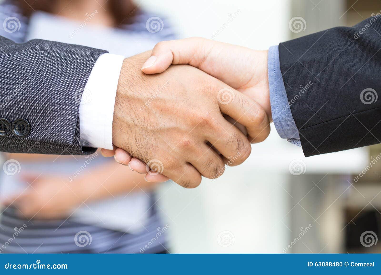 Download Homme D'affaires Faisant La Poignée De Main Photo stock - Image du corporate, convenez: 63088480
