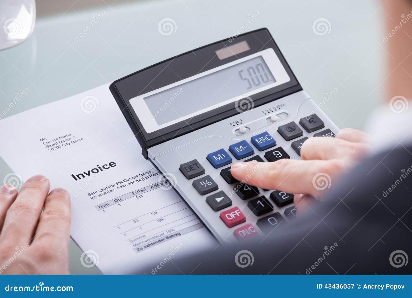 Homme d affaires faisant le calcul