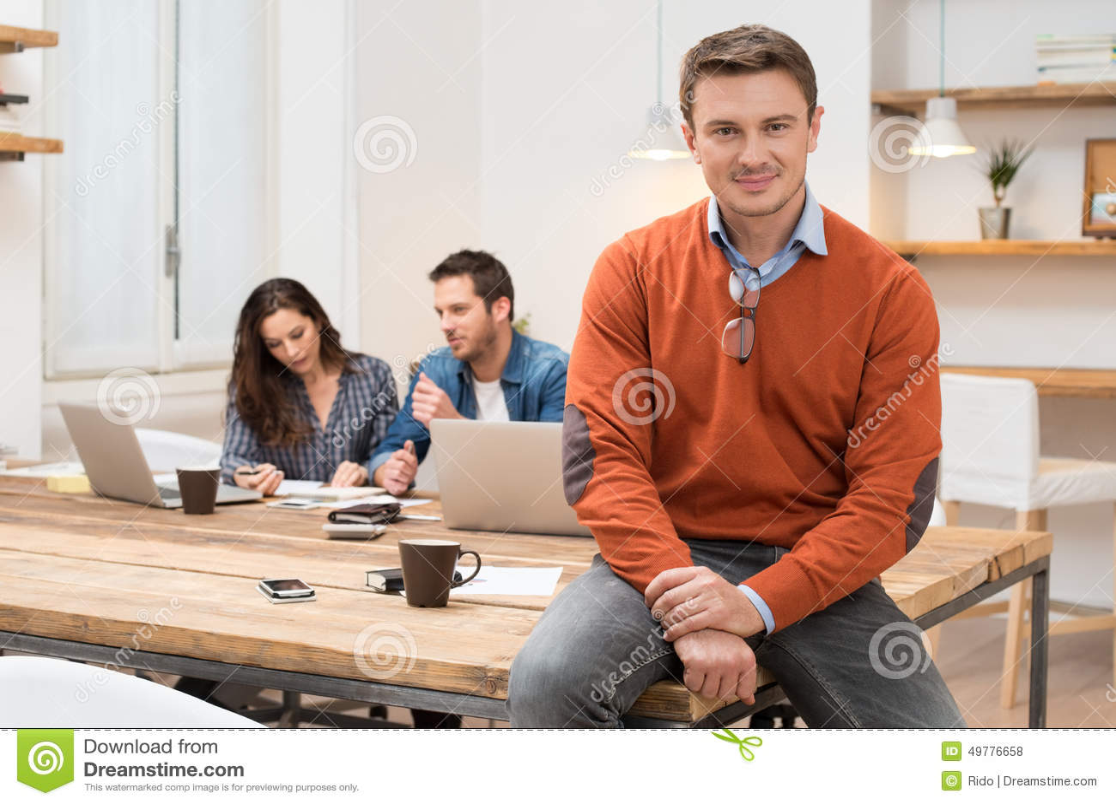 Homme d affaires fier au bureau