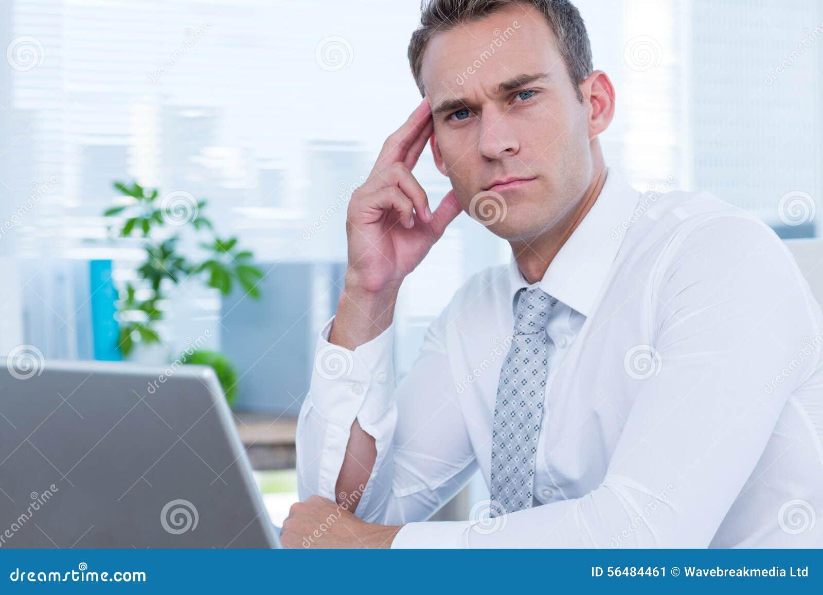 Homme d affaires focalisé regardant l appareil-photo