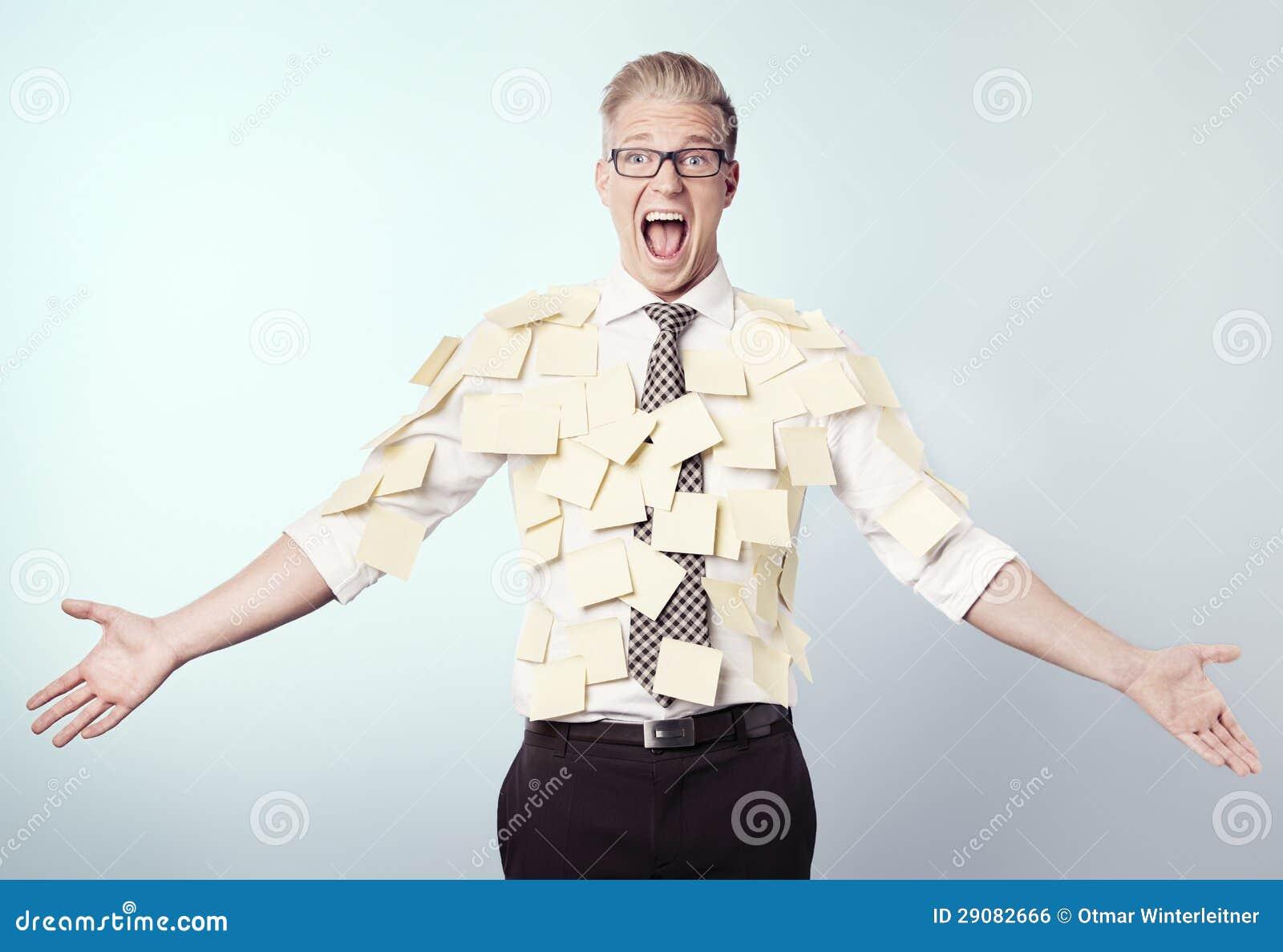 Homme d affaires frustrant couvert par les notes de post-it blanc.