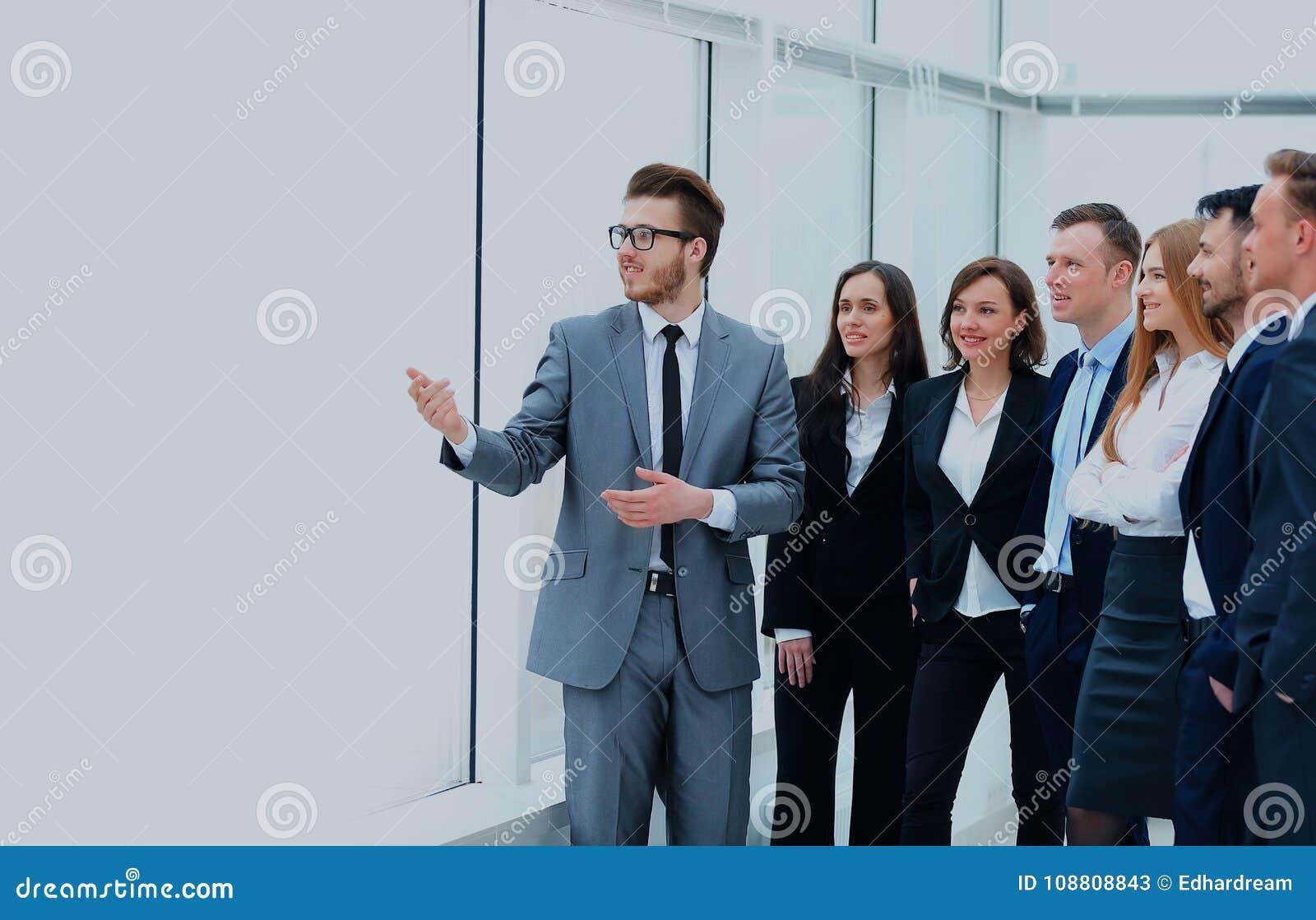 Homme d affaires gai discutant un nouveau projet d affaires avec les membres de son équipe