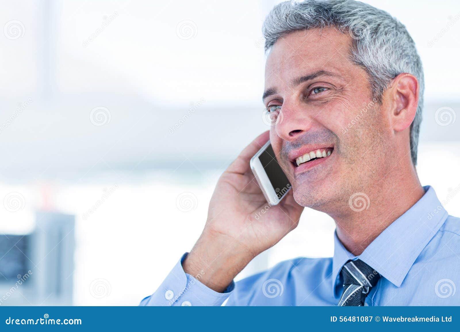 Homme d affaires heureux ayant un appel téléphonique