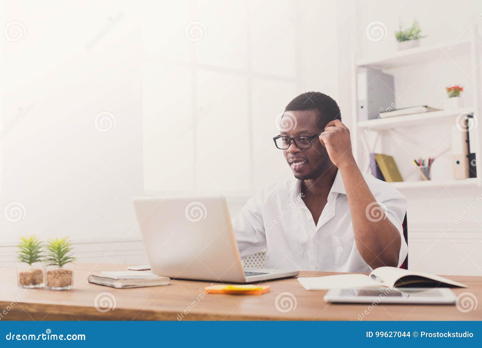 Homme d affaires heureux noir heureux dans le bureau travail avec