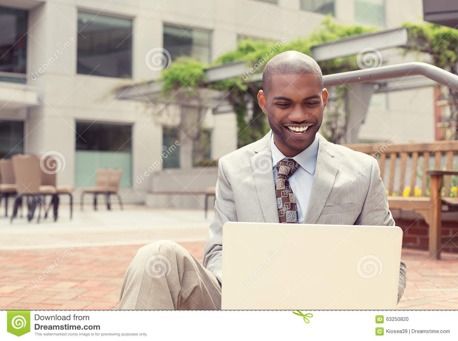 Homme d affaires heureux travaillant sur l ordinateur portable dehors