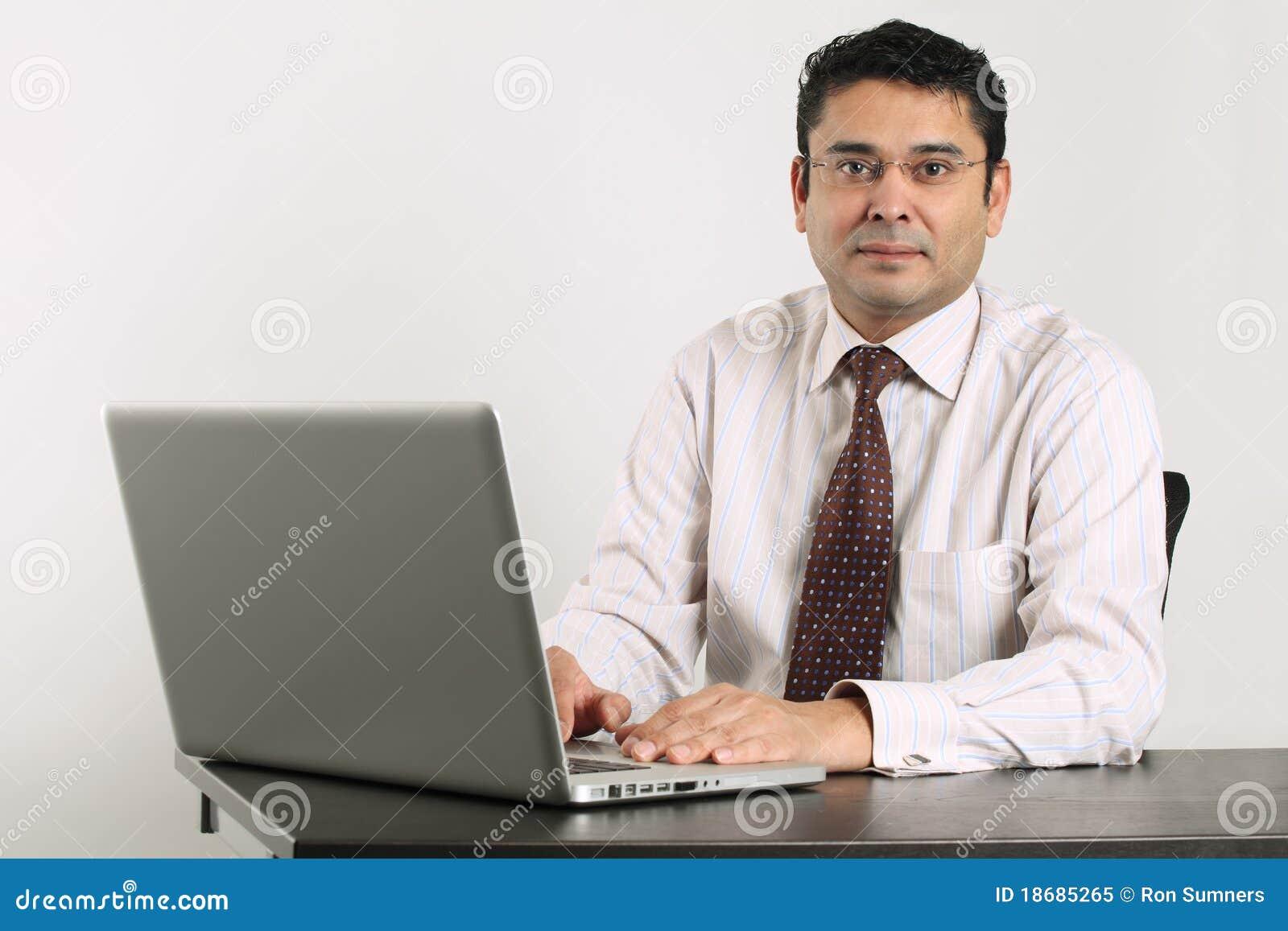 Homme d affaires indien travaillant sur l ordinateur portatif