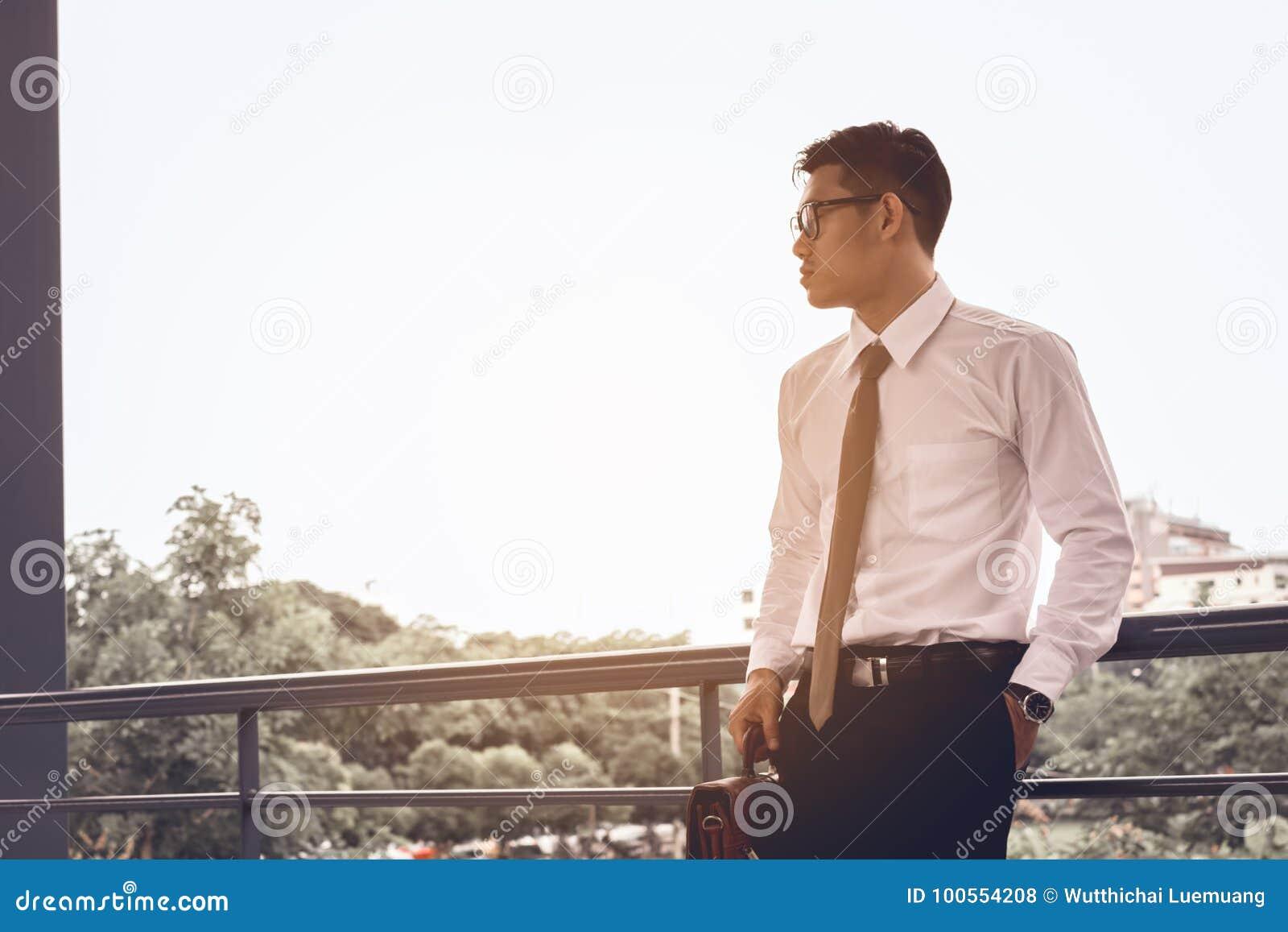 Homme d affaires inquiété se tenant au bureau au sujet du travail et du f de pensée