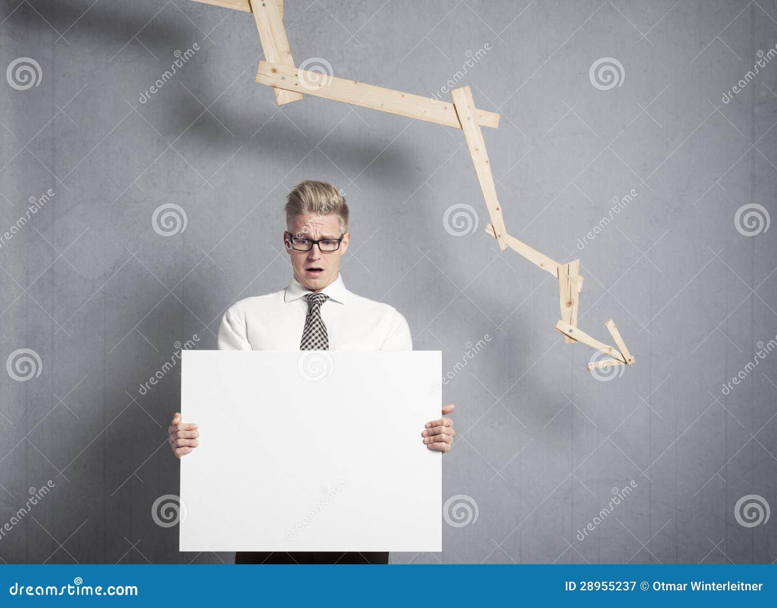 Homme d affaires intéressé présent le panneau devant descendre g