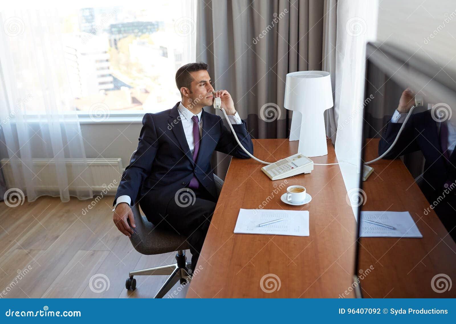 Homme d affaires invitant le téléphone de bureau à la chambre d
