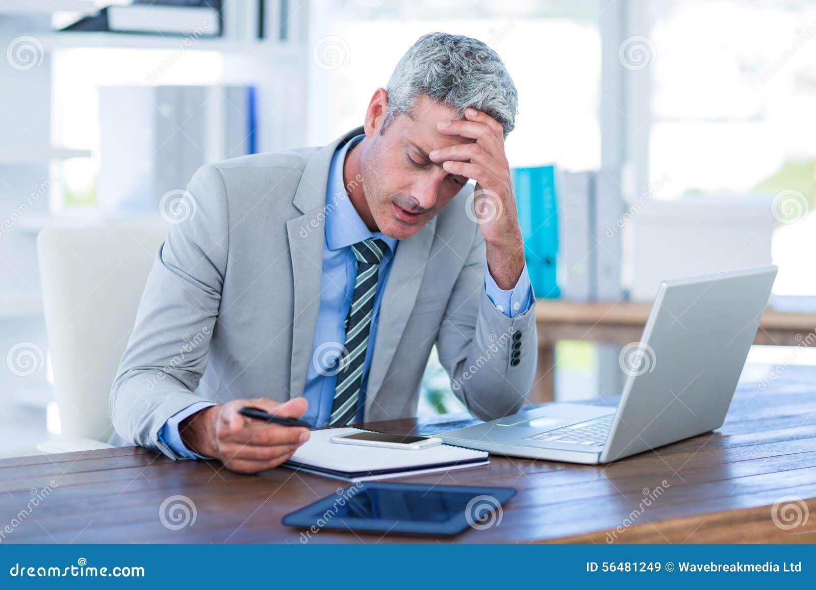 Homme d affaires irrité essayant de travailler