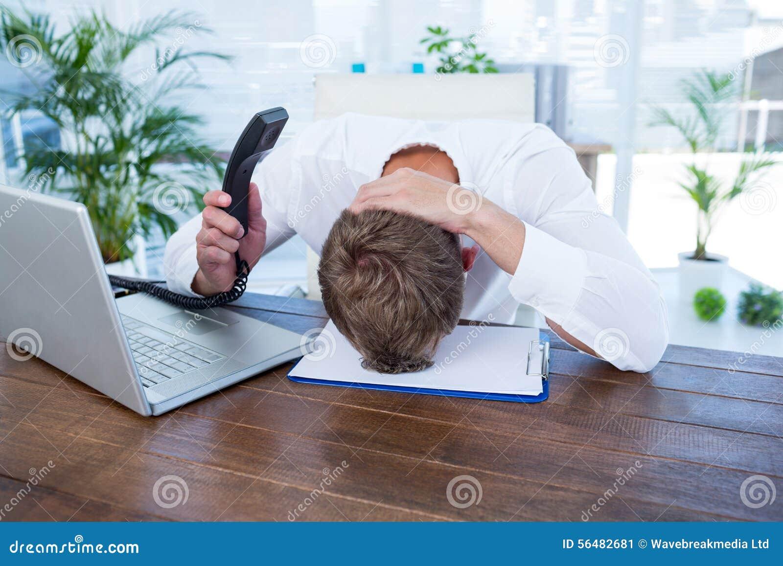 Homme d affaires irrité tenant une ligne téléphone de terre