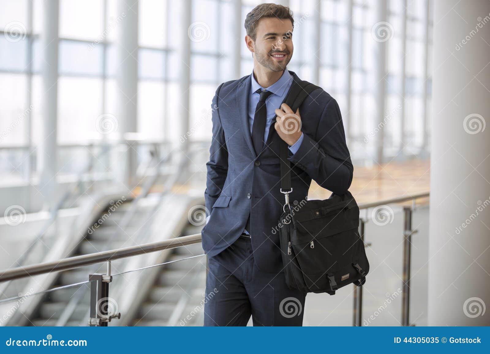 Homme d affaires marchant avec le sourire
