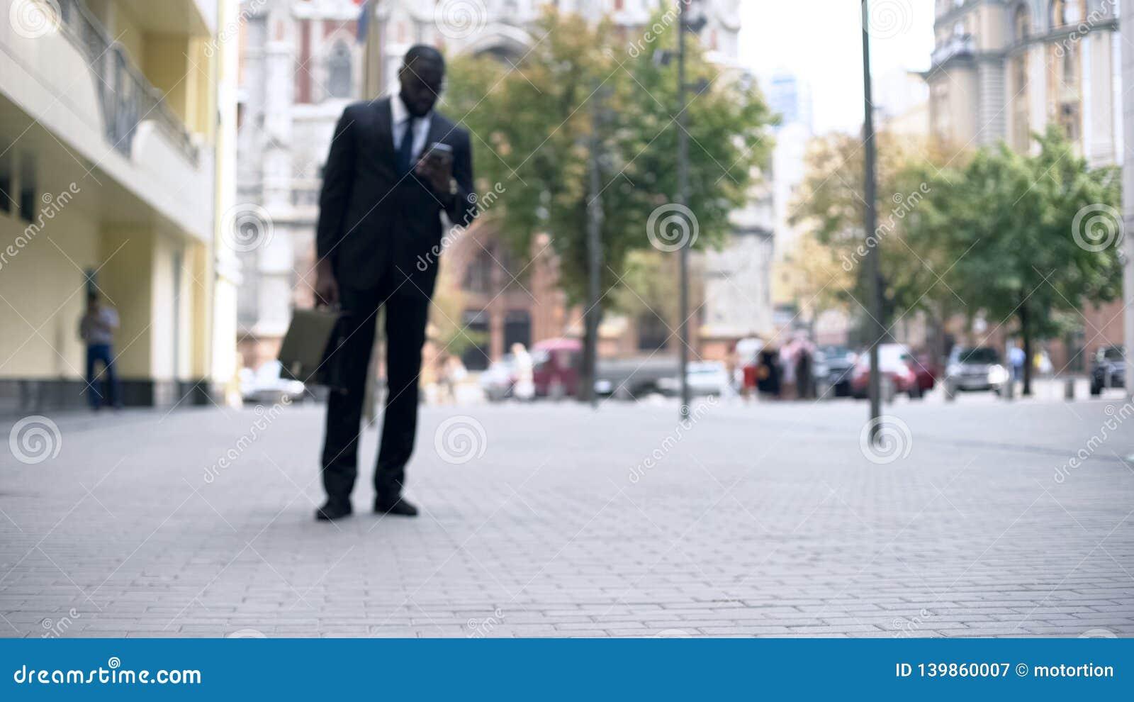 Homme d affaires marchant pour travailler et à l aide du smartphone, mode de vie occupé dans la grande ville
