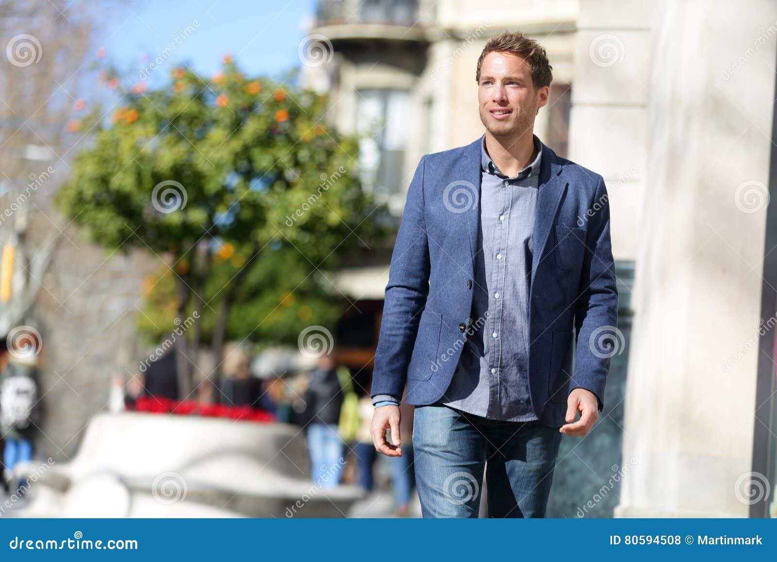 Homme d affaires marchant sur le mode de vie de rue de ville