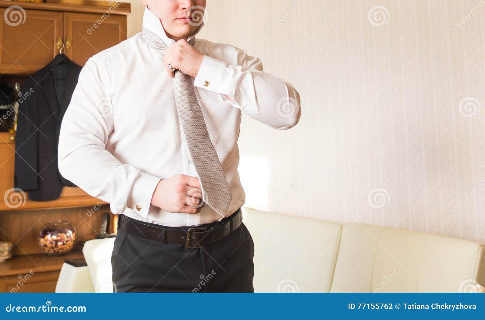 Homme d affaires mettant la relation étroite