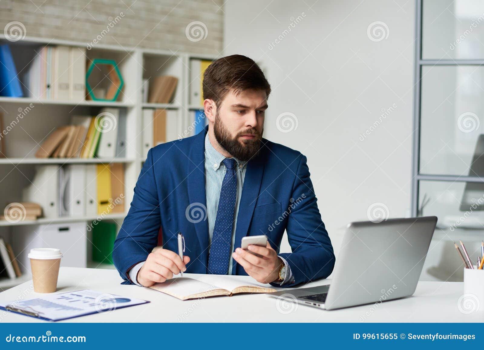 Homme daffaires moderne travaillant dans le bureau image stock