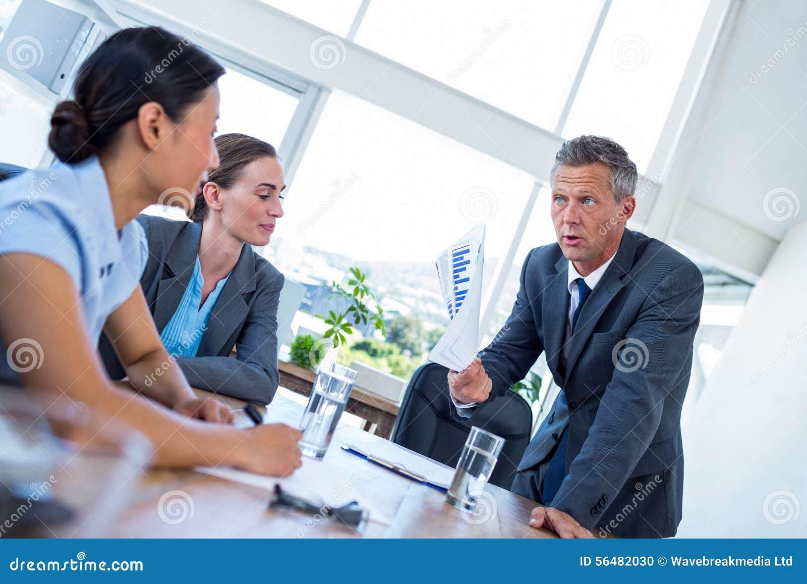 Homme d affaires montrant des documents au cours de la réunion
