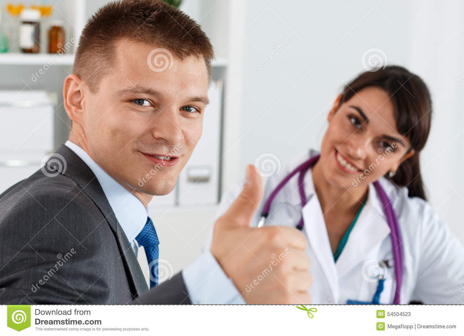 Homme d affaires montrant le pouce avec le docteur
