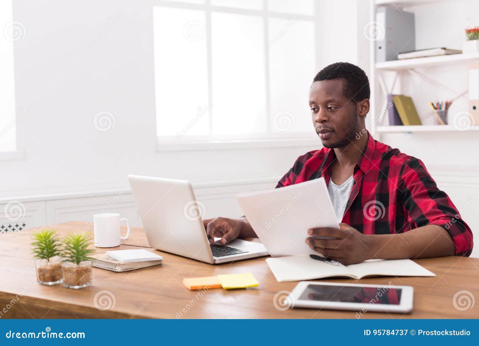 Homme d affaires noir dans le bureau occasionnel travail avec l