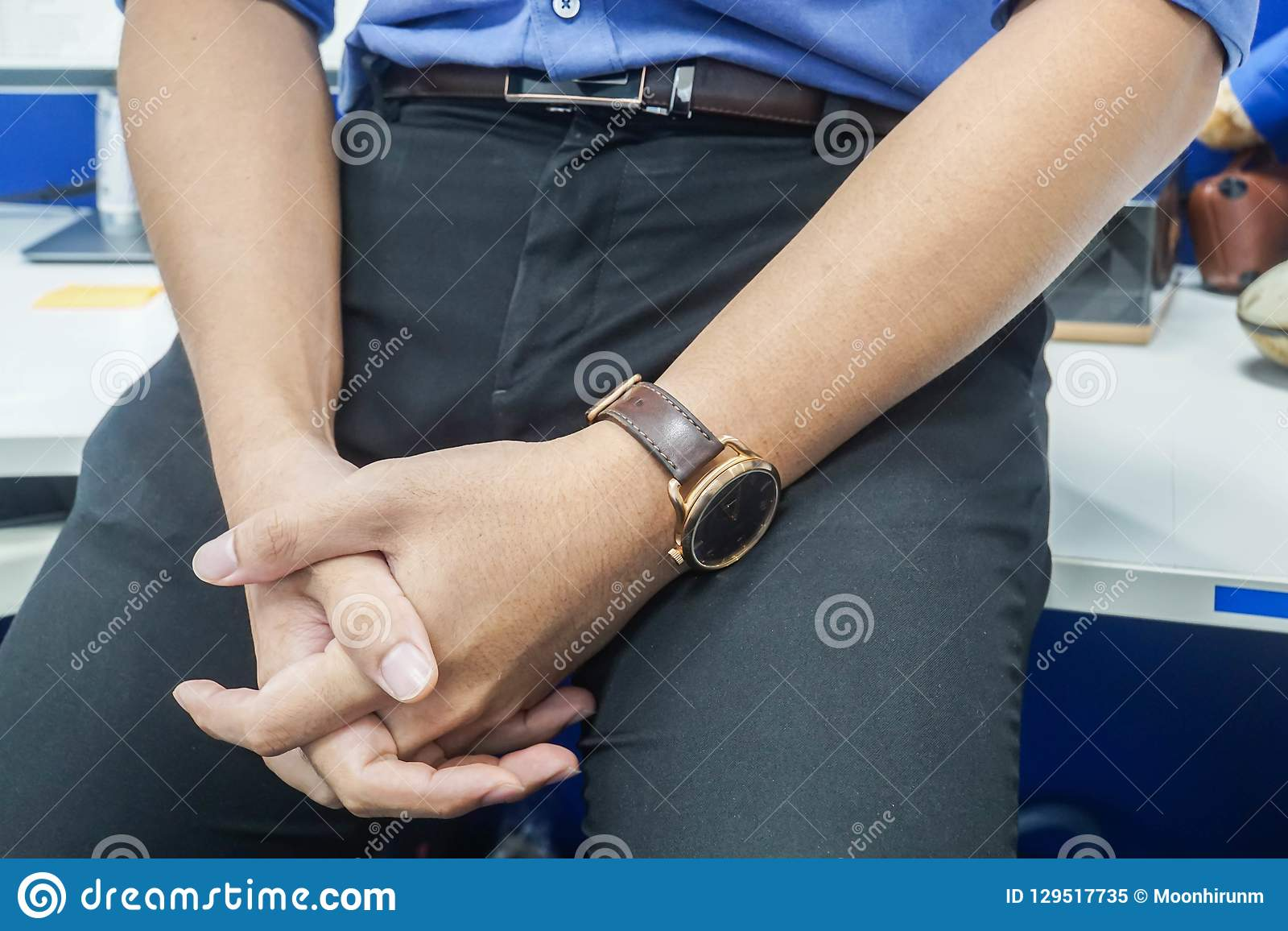 Homme daffaires noir de pantalons avec le fonctionnement bleu de