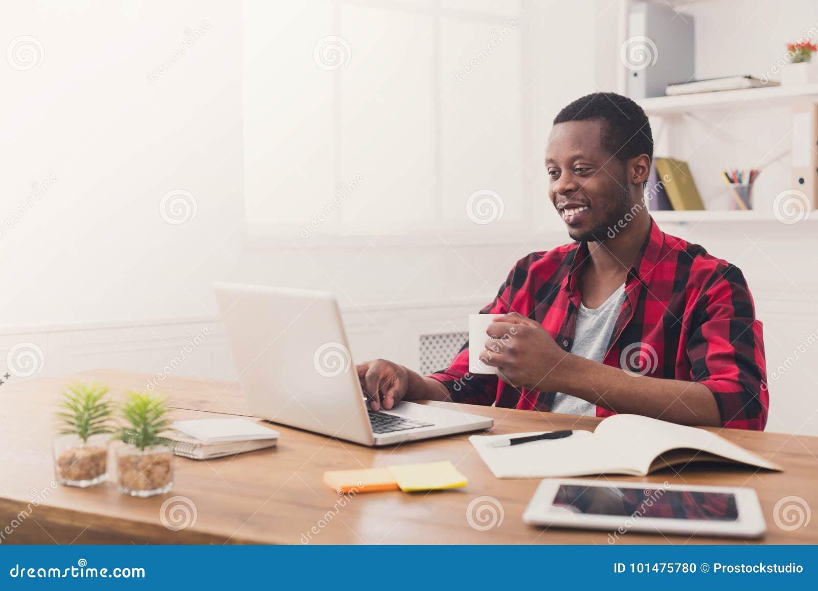 Homme d affaires noir heureux dans le bureau occasionnel travail
