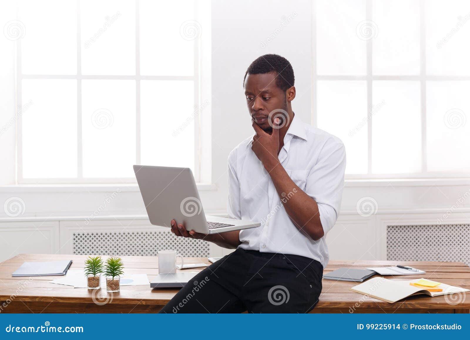 Homme d affaires noir réfléchi dans le bureau occasionnel travail