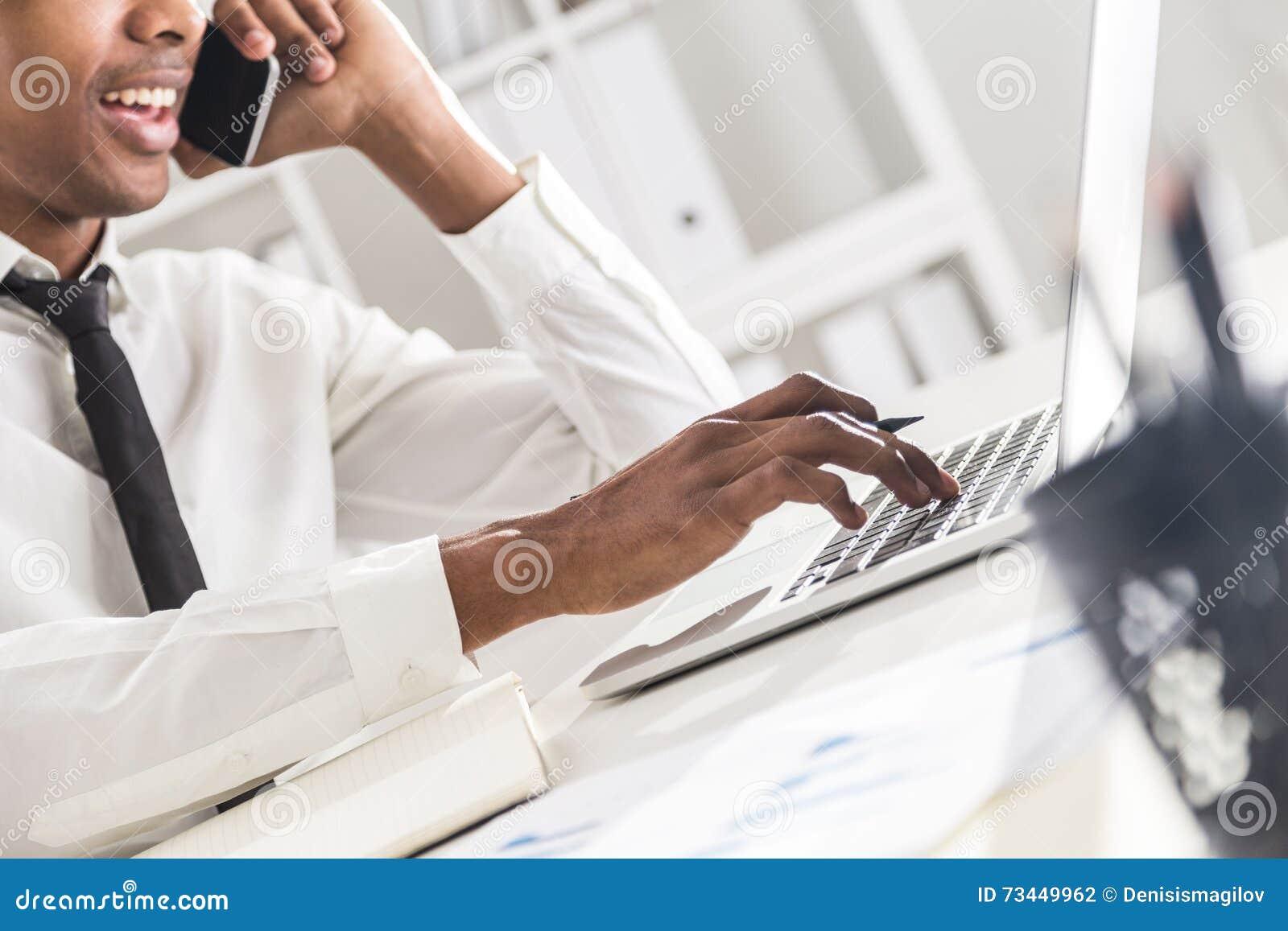 Homme d affaires noir travaillant dans le bureau photo stock