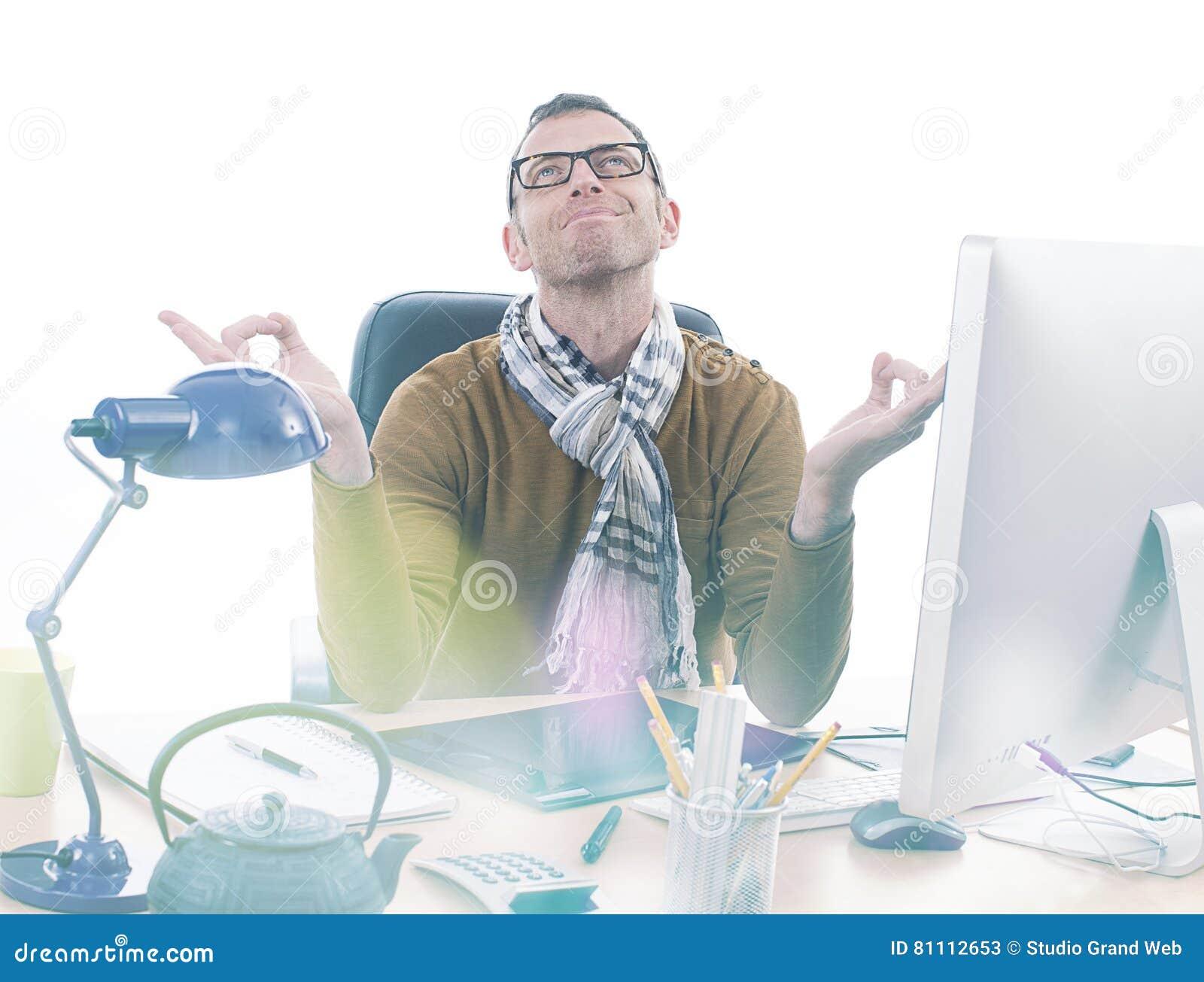 Homme daffaires occasionnel de sourire de zen méditant au bureau