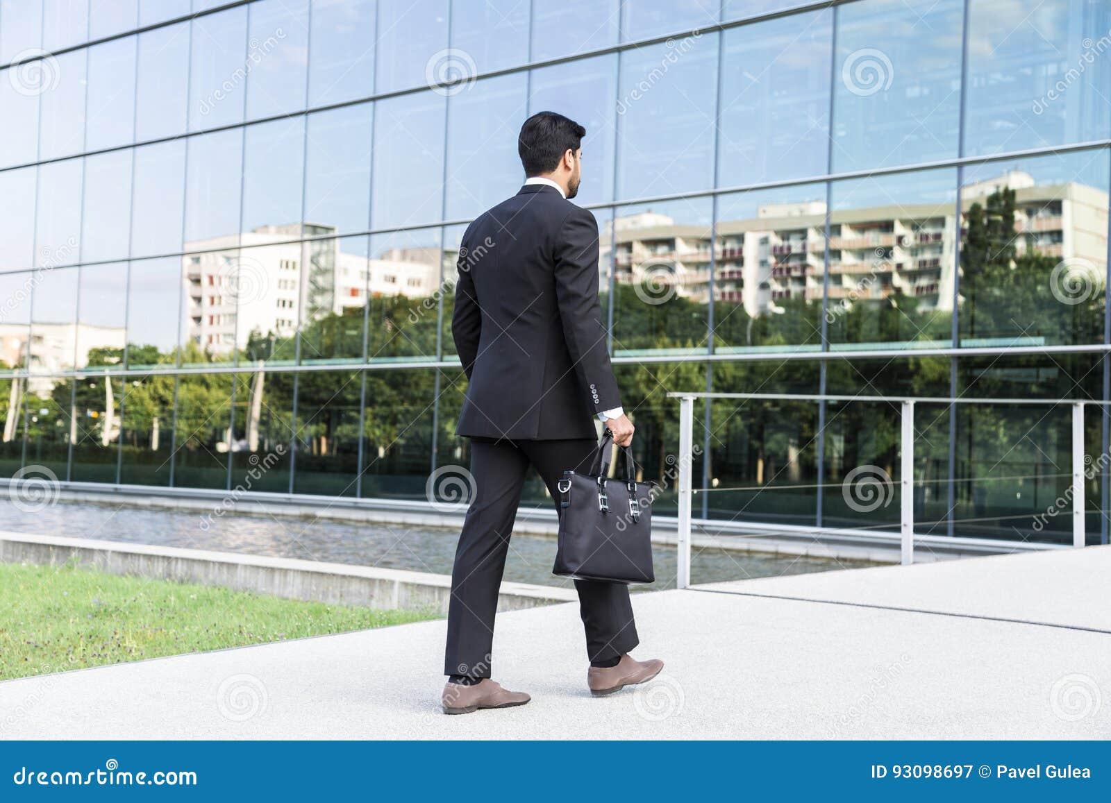 De Dans Homme Tenant D'affaires Le Ou L Se Costume Travailleur Près QshBtdCrx