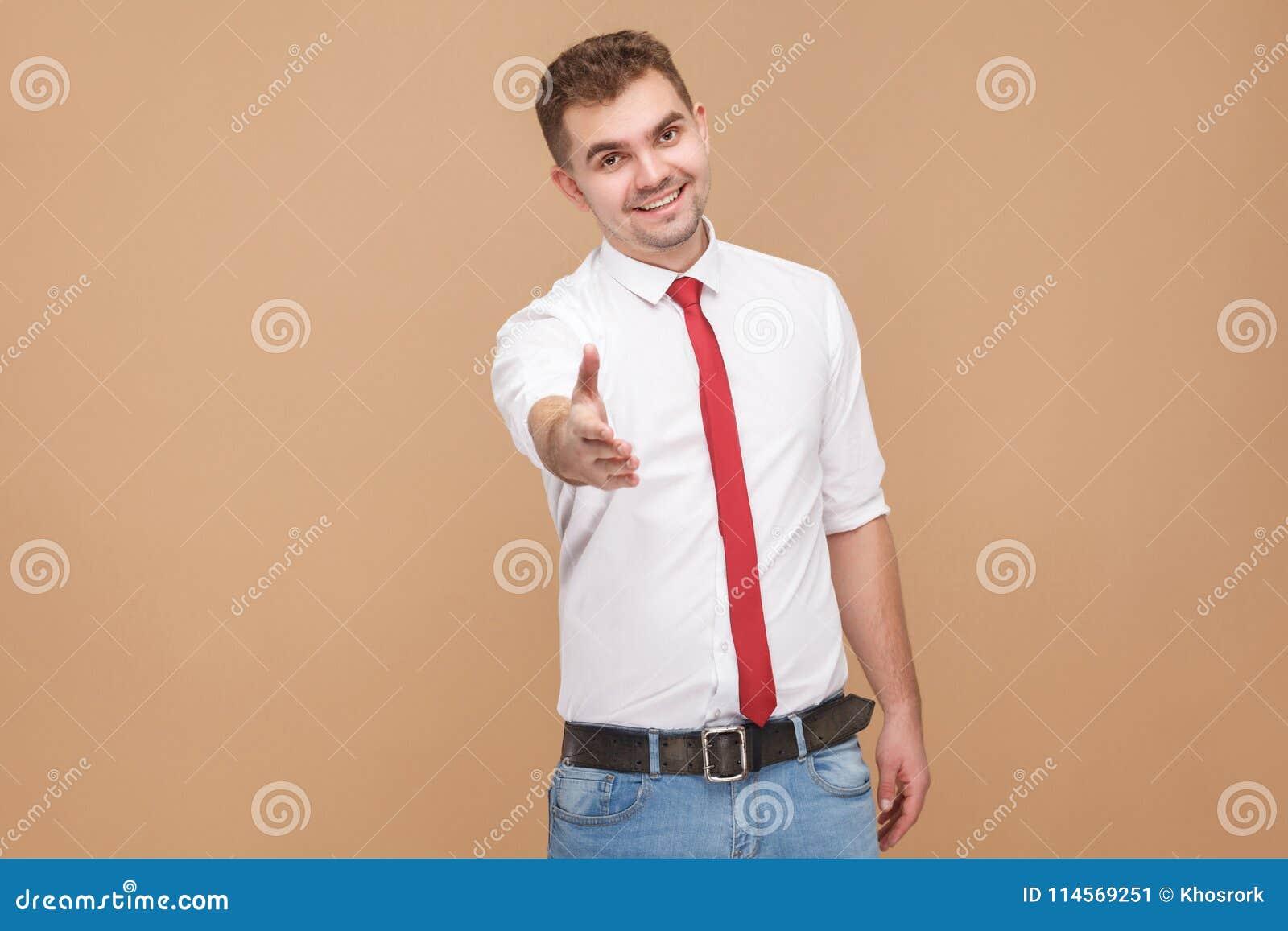 Homme d affaires parfait montrant salut, bonjour signe et nouveau travail bienvenu