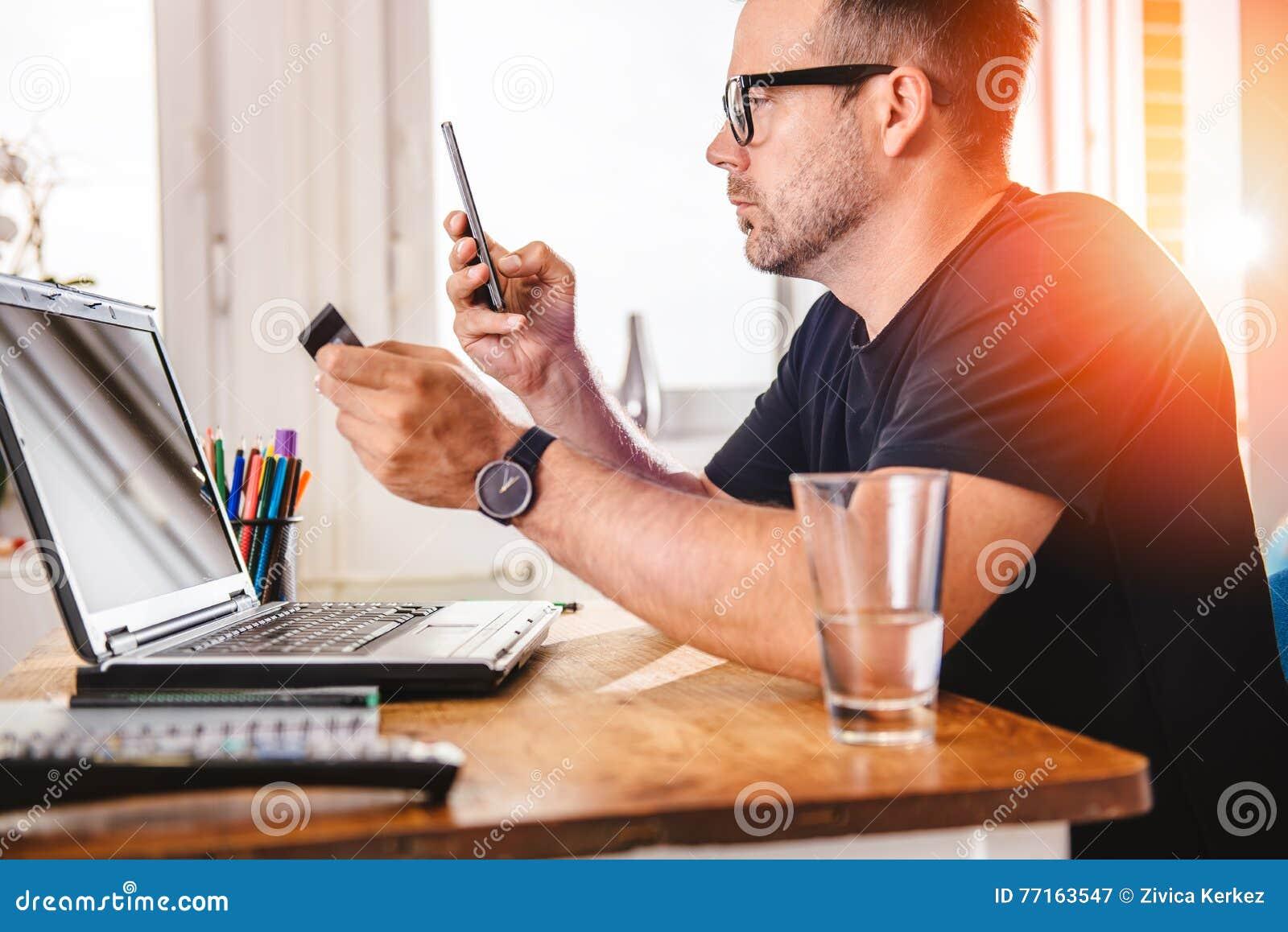 Homme d affaires payant avec la carte de crédit au téléphone intelligent