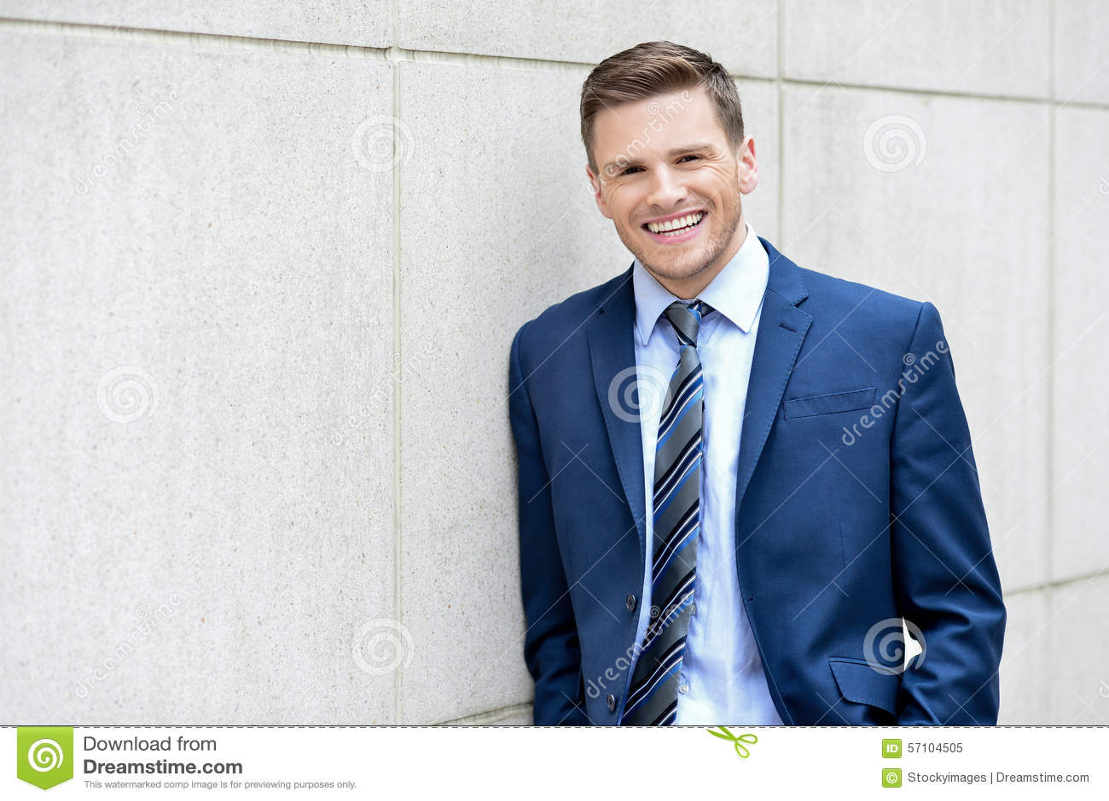 Homme d affaires posant à dehors