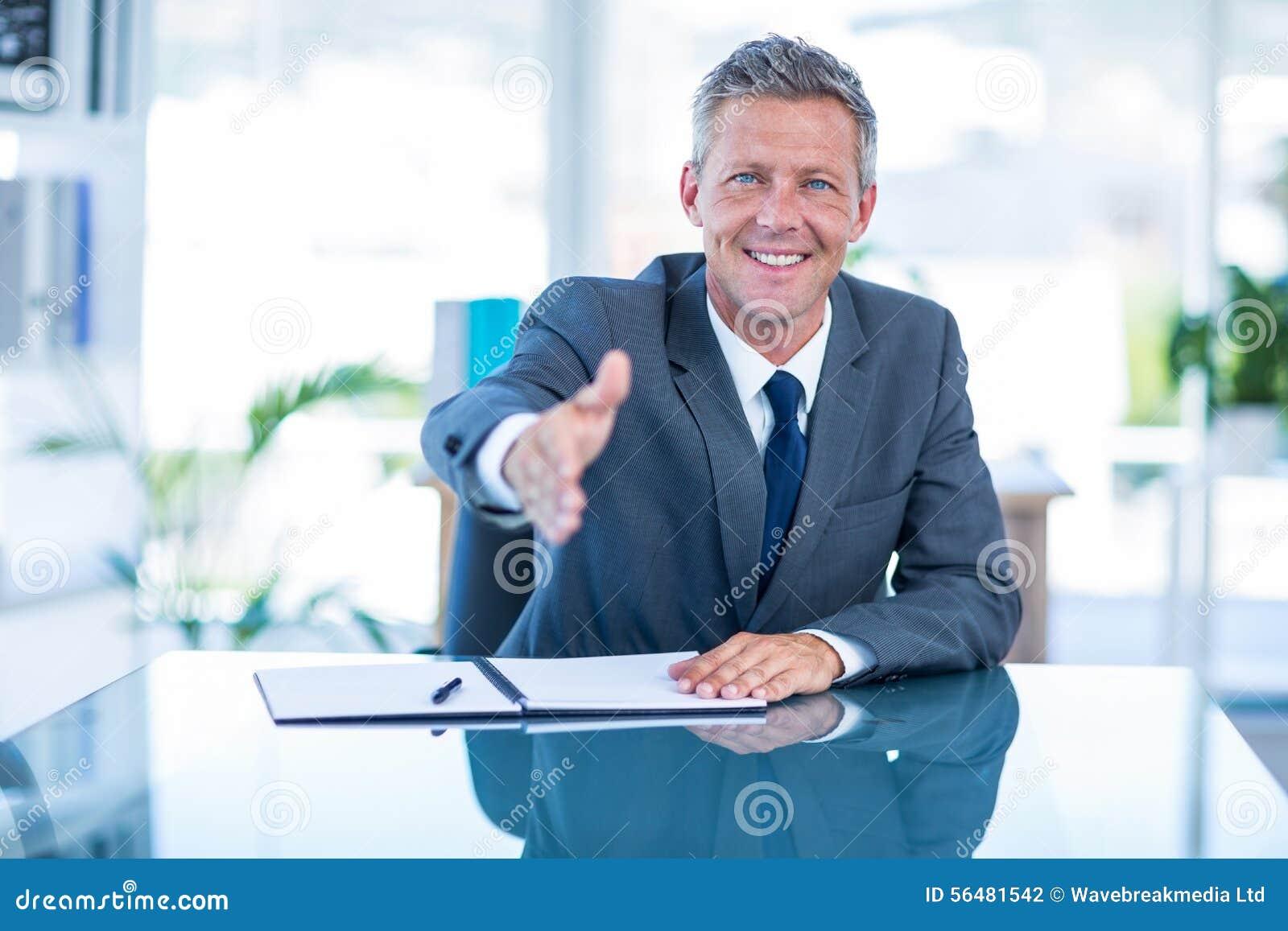 Homme d affaires prêt à serrer la main